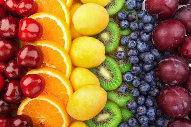 カラフルな果物の列