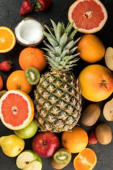 カラフルなフルーツビタミンが豊富なおいしいまろやかなジューシーな暗い床に分離