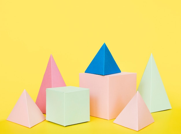 Разноцветные геометрические бумажные предметы