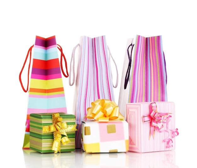 白で隔離の贈り物とカラフルなギフトバッグ