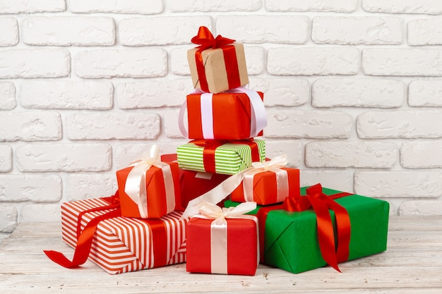 Красочные подарочные коробки на фоне белой кирпичной стены