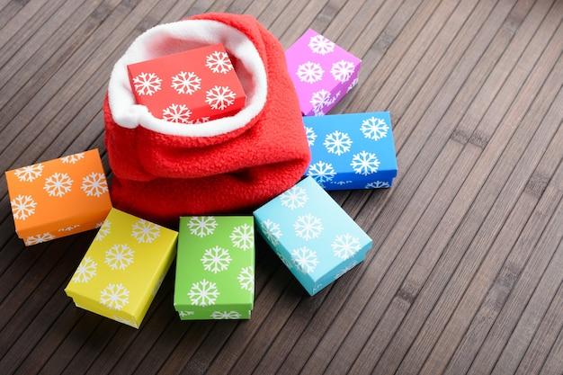 다채로운 선물 상자와 테이블에 가방