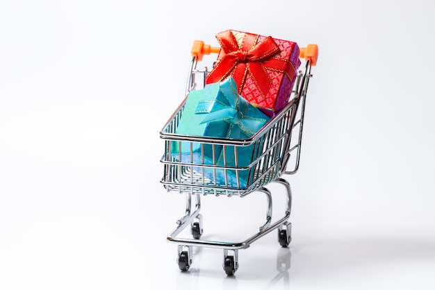 クリスマスや誕生日のショッピングカートのカラフルなギフトボックス、分離