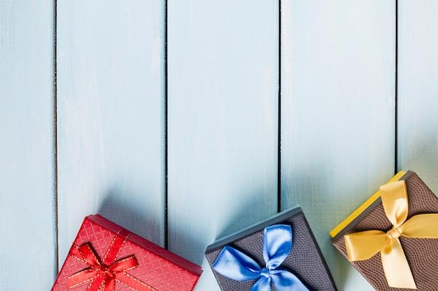 좋은 푸른 나무 배경에 화려한 선물 상자