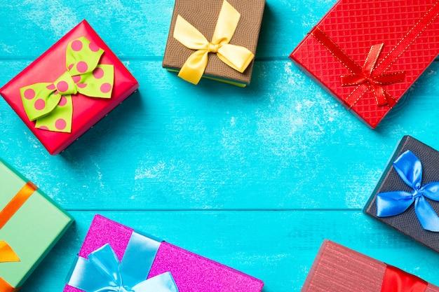 좋은 푸른 나무 배경에 리본으로 화려한 선물 상자