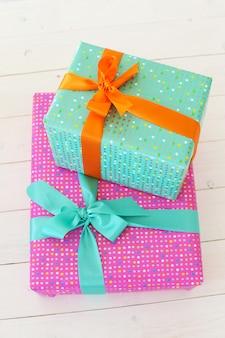 Красочные подарки с декоративным бантом