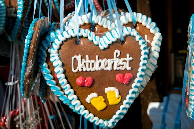 Красочные сувениры из пряников с октоберфеста в мюнхене, германия
