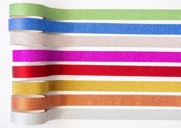 彩色闪光胶带卷条在白色背景上
