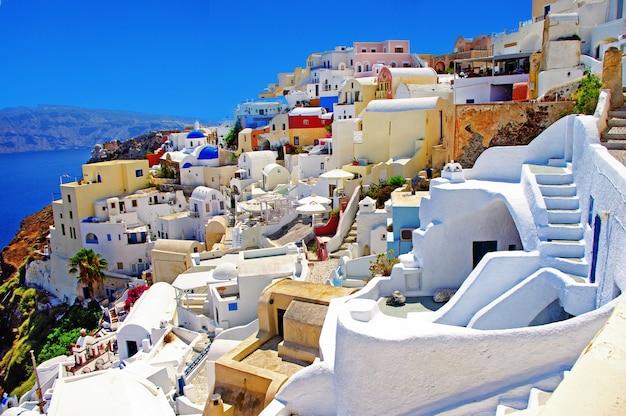 カラフルなギリシャ-イア村、サントリーニ島の驚くほど鮮やかな家