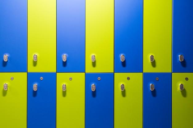 Разноцветные зеленые и синие детские шкафчики