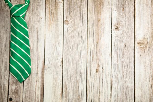 木製の背景テクスチャにカラフルな緑と茶色のネクタイ全国メンズデー父の日デザインwi ...