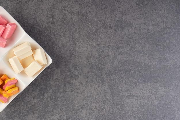 Gengive colorate all'angolo sopra il piatto.