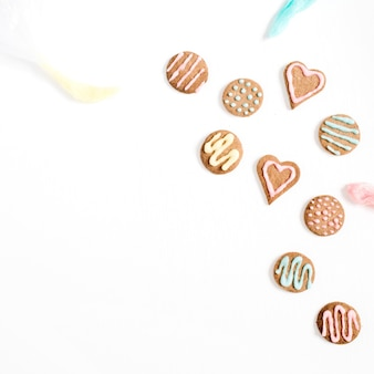 Красочное печенье ручной работы на белом
