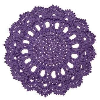白い背景に分離されたカラフルな手作りのニットラグ。手作りのかぎ針編みのウール。
