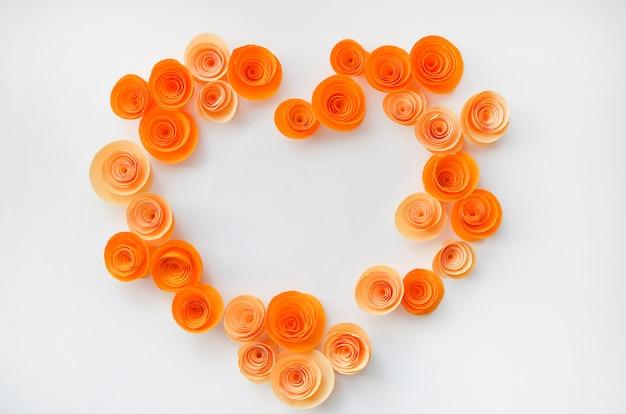 Красочные бумажные цветы ручной работы на светлом цветном фоне для приглашения и свадьбы