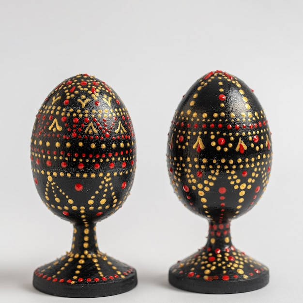 カラフルな手作りの木製イースターエッグ。手描きのイースター2つの卵、アクリル絵の具、手仕事、ドット絵、クローズアップ、ウクライナ