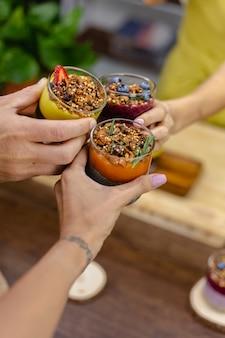 다채로운 건강 한 아침 식사 달콤한 집에서 부엌에있는 나무 테이블에 유리 항아리에 몇 가지 다른 치아 푸딩 사막.