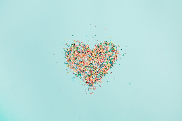 Красочный символ сердца из конфетти на синем
