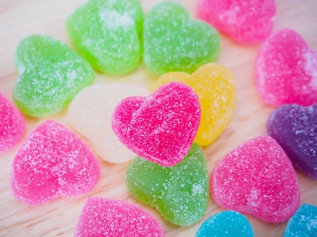 발렌타인 배경 나무에 화려한 하트 사탕