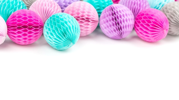 Красочные сотовые шары с копией пространства для текста. изолированные на белом фоне. плоский