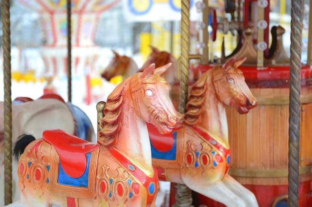Разноцветная карусель с лошадьми в развлекательном парке для детей