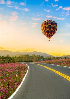 Красочный воздушный шар, летящий над фоном голубого неба