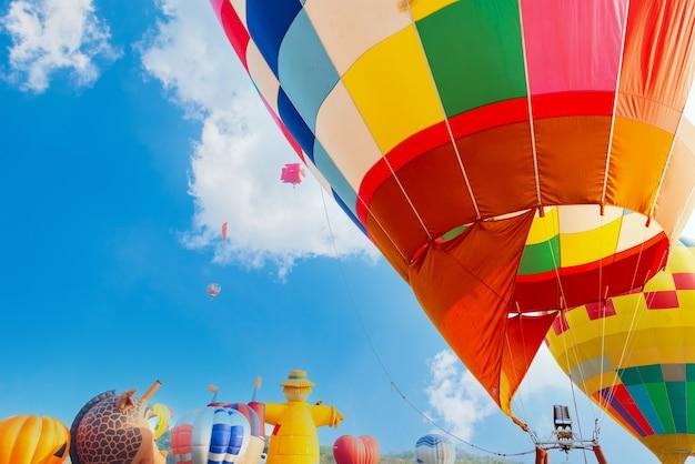 Красочный полет на воздушном шаре в природном парке и саду. путешествие по таиланду и приключенческая деятельность на открытом воздухе.