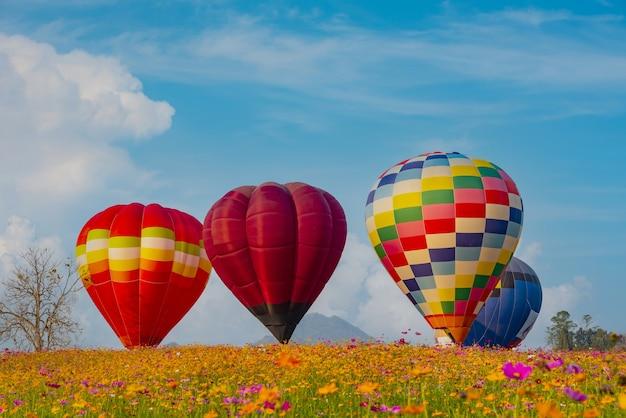 자연 공원과 정원에서 날아다니는 다채로운 열기구. 태국 여행 및 야외 모험 활동.