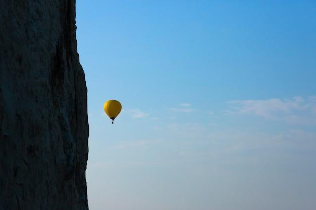 空を飛んでいるカラフルな熱気球。高品質の写真