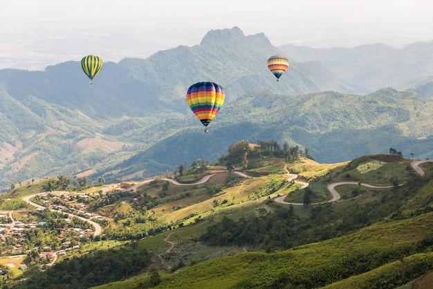 산 위에 화려한 뜨거운 공기 풍선