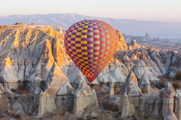Красочные воздушные шары в национальном парке гереме, каппадокия, турция. известная туристическая достопримечательность.