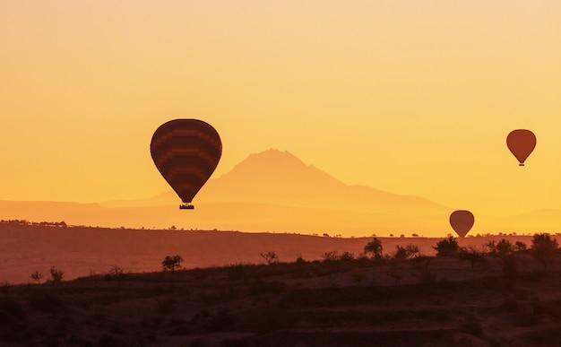 トルコ、カッパドキアのギョレメ国立公園にあるカラフルな熱気球。有名な観光名所。