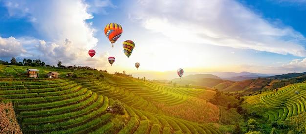 Красочные воздушные шары. закатная сцена школы ban bun loe, мае хонг сон, таиланд