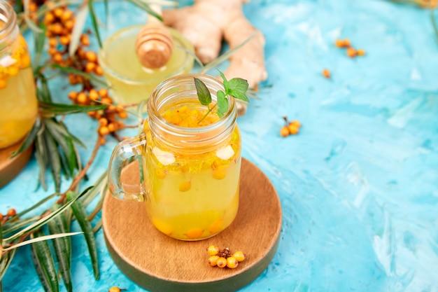 Красочный горячий облепиховый чай с имбирем и медом