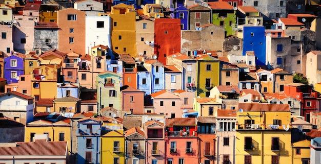 Разноцветные дома в бозе, сардиния