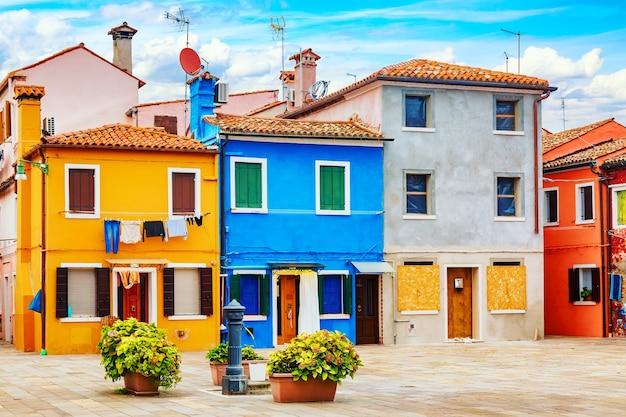 Разноцветные дома на острове бурано недалеко от венеции, италия