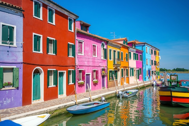 맑고 푸른 하늘이 있는 이탈리아 베니스 부라노 시내의 다채로운 주택