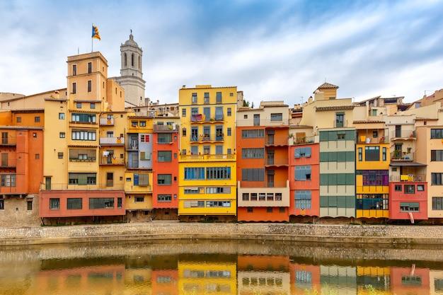 ジローナ、カタルーニャ、スペインのカラフルな家