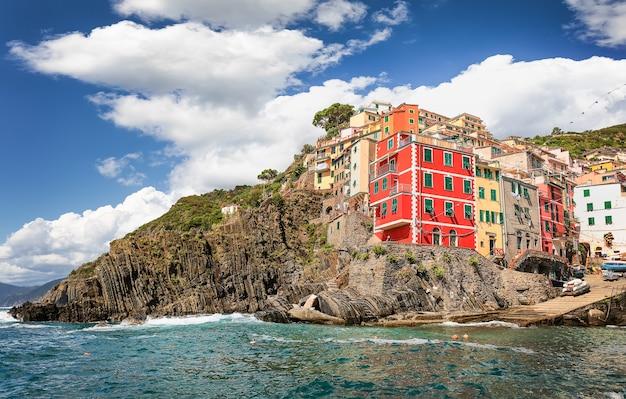 Разноцветные дома в риомаджоре. лигурия, италия. чинкве-терре