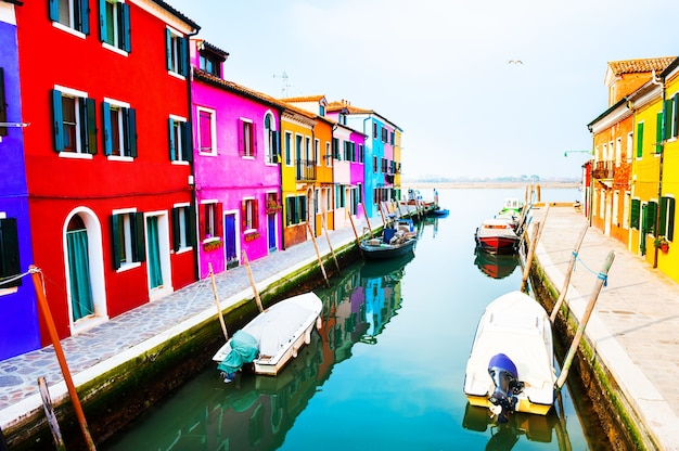 이탈리아 베니스 부라노 섬의 운하에 있는 다채로운 집들. 유명한 여행지