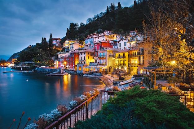 Разноцветные дома на берегу озера комо