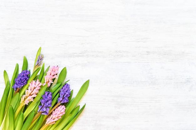 Красочный букет цветов гиацинта на белом деревянном столе. вид сверху, копия пространства.