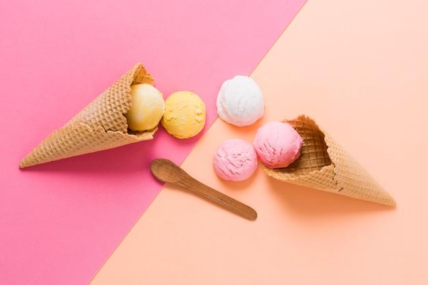 コーンにカラフルなアイスクリームスクープ