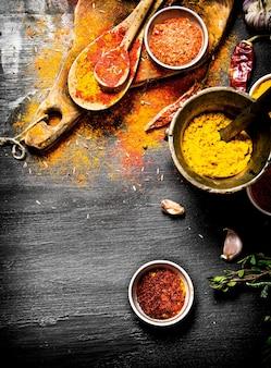 다채로운 인도 향신료와 허브. 검은 칠판에.