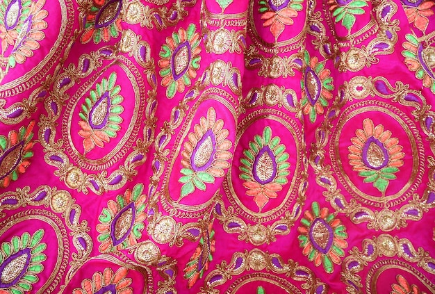 Красочная индийская вышивка на текстильной ткани