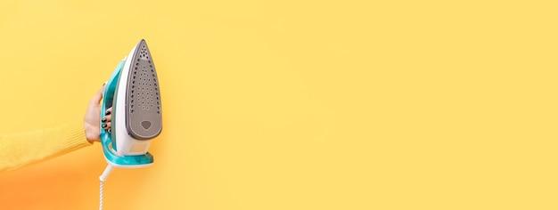 黄色の手にカラフルな鉄