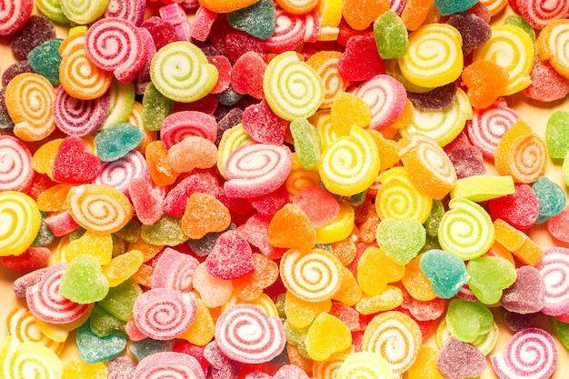 カラフルなゼリーとキャンディーのお菓子のハート形の背景