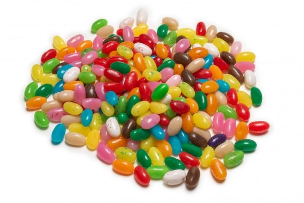 Красочные желейные бобы, изолированные на белом.