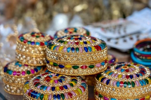 インド、リシケシのインドのストリートマーケットで観光客向けに販売されているカラフルな宝石箱。閉じる