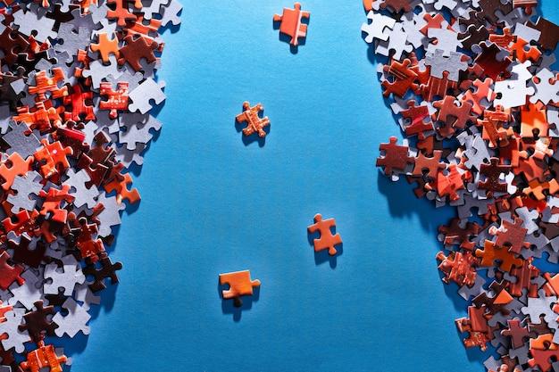 Красочная головоломка на синем фоне